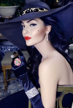 """This hat and style shows us why Oscar de la Renta means: """"Keep the Glamour"""". Glamour, Idda Van Munster, Rocker Girl, Stylish Hats, Vintage Makeup, Vintage Glam, Love Hat, Looks Vintage, Mode Style"""