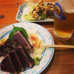 Skipjack are a specialty of Kochi Japan!!  高知に来たらこれを食べなきゃね って東京で食べるタタキとは比べ物にならん美味さに驚愕 #food#foodporn#instafood#japanesefood#beer#kirinbeer#instabeer#delicious#good#yum#yummy#drink#seafood#sashimi#tataki#katsuo#skipjack#japan#Kochi#specialty#高知#カツオ#タタキ#ウツボの唐揚げ#ひろめ市場#やいろ亭 by ocean_geek
