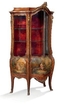 VITRINE DE FORME GALBÉE en placage de bois de violette. Elle ouvre par une porte en façade à décor de scènes galantes au vernis MARTIN. Riche ornementation de bronze ciselé et doré. Fin du XIXe siècle… - Aguttes - 16/05/2017
