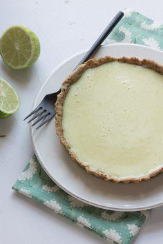 """Si la tarte au citron fait la couverture de mon ouvrage """"Passionnément vegan"""", je ne vous ai jamais proposé une telle recette sur mon blog. L'erreur est aujourd'hui réparée avec cette tarte au citron sans gluten, que l'on peut décider de meringuer ou non."""