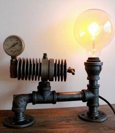 ONE OF A KIND Steampunk Tischleuchte - Steampunk-Beleuchtung, industrielle Rohr Wohnkultur, Bronze-Metall-Leitung Leuchte - Industriebeleuchtung w / Edison-Lampe Industrielle Pipe / Steampunk-Stil wall Wandleuchte (Edison-Glühlampen, die separat erhältlich, siehe meine Shop)  Beschreibung: Diese Steampunk-Lampe wird in Handarbeit mit einem OLDTIMERBUS Art Lehren und Teile, die Upcycled gewesen. auch mit schweren Industrierohre und Vintage Edison Glühbirnen.  BESONDERHEIT: Bewegliche Teile…