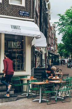 exterior + outdoor tables, vinnies deli, amsterdam, the netherlands | foodie travel #storefronts