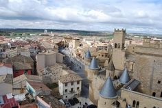 Olite  Con su impresionante castillo, el horizonte de la ciudad de Olite recuerda la época medieval, en el que fue el hogar de la corte real del reino de Navarra. En este poblado se pueden apreciar uno de los mejores ejemplos de arquitectura gótica de toda Europa.