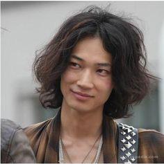 綾野剛 Cute Emo Boys, Sexy Asian Men, Japanese Love, Aesthetic Japan, Actor Model, Asian Beauty, Handsome, Hairstyle, Actresses
