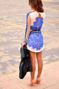Pretty dress with blue pattern pieces and combined accessories. Neutral heels make the look more casual.