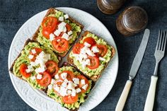 Mashed avocado, tomato and cheese toasts Healthy Snacks For Diabetics, Healthy Eating, Healthy Recipes, Vegetarian Recipes, Mashed Avocado, Avocado Toast, Mozzarella, Tomato And Cheese, Prosciutto