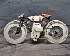Ariel Cruiser Bicicleta-PEDALAR TAMBÉM É QUESTÃO DE ESTILO A bicicleta motorizada Ariel Cruiser é uma obra-prima de projeto vintage e artesanato qualificado. Seu estilo sofisticado, remetendo aos anos 1900, vai prender a atenção de todos quando passar por aí.  Esta versão a gasolina (tem também a elétrica), com motor Honda 49cc, roda 115 km com um tanque, a 55 km/h de média. O projetista romeno Ianis Vasilatos alcançou a sua meta de crowdfunding.