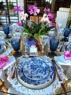 Blue and White Tablescapes Blue And White China, Blue China, Dresser La Table, Entertainment Table, Beautiful Table Settings, Deco Table, Decoration Table, White Decor, Place Settings