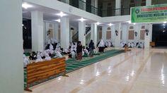 Shalat bersama. kegiatan rutin Di Pesantren Darul Mukhlisin Padang Lampe, Pangkep. Maba 2017