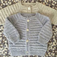 Let og lun Cardigan - opskrift fra PixenDK / CaMaRose Baby Cardigan Knitting Pattern Free, Baby Boy Knitting Patterns, Baby Sweater Patterns, Knitted Baby Cardigan, Knit Baby Sweaters, Knitting For Kids, Knit Patterns, Ravelry, Image