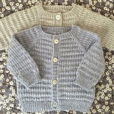 Let og lun Cardigan - opskrift fra PixenDK / CaMaRose Baby Cardigan Knitting Pattern Free, Baby Sweater Patterns, Knitted Baby Cardigan, Knit Baby Sweaters, Baby Knitting Patterns, Image, Denmark, Profile, Diy Crafts