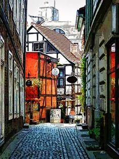 'Enge Straße in Schwerin' von Dirk h. Wendt bei artflakes.com als Poster oder Kunstdruck $18.03