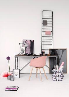 Cinza e rosa pastel contrastam de maneira moderna e chique nesse home office de paredes brancas. Experimente!