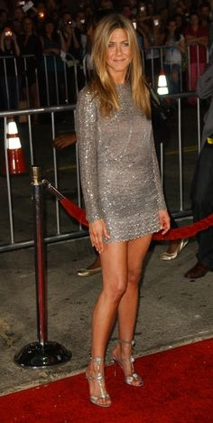 Jennifer Aniston - she knows how to dress - pick one perfect (those yoga legs) feature and cover the rest Jennifer Aniston Legs, Jenifer Aniston, Celebrity Workout, Celebrity Style, Lisa, Valentino Dress, Girl Crushes, Sexy Legs, Look Fashion