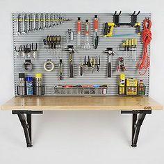 esse ambiente de trabalho se dobra para baixo contra a parede! Perfeito para garagens apertadas, mas eu acho que a minha sala de artesanato seria muito mais útil com um destes! Além disso, a placa para pendurar todas as suas ferramentas .... incrível!