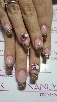 Uñas acrilicas encapsuladas con cover pink, 2 tonos de dorado, joyeria y cristales