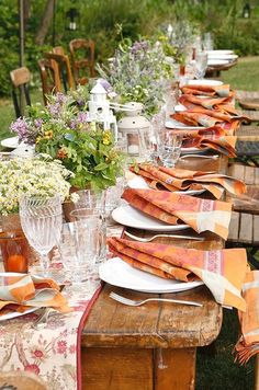Wonderful PINK and ORANGE outdoor garden table setting! Love everything - the lines of plants and flowers on the table runner along the center of the table napkins are folded over the simple white plates! Summer Deco, Pink Summer, Outdoor Parties, Outdoor Entertaining, Beautiful Table Settings, Al Fresco Dining, Garden Table, Deco Table, Decoration Table