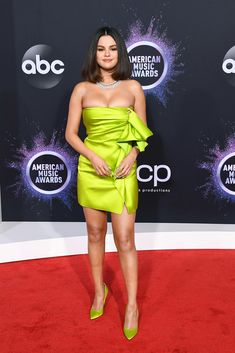 See photos of what celebrities like Taylor Swift, Lizzo and Selena Gomez wore on the 2019 AMAs red carpet. Selena Gomez Outfits, Selena Gomez Fotos, Selena Gomez Pictures, Selena Selena, Rihanna, Divas, Bollywood, Red Carpet Looks, Woman Fashion