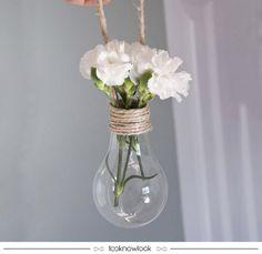 Adoramos essa ideia de DIY! Além de ser bem delicado e muito lindo, também é ecológico pois reaproveita lâmpadas que poderiam ser descartadas. Ideia perfeita para a decoração de festas e jardins!  #ideia #decoração #decor #diy #festa #casamento #jardim #flores #dicas #inspiração #ecológico #lnl #looknowlook