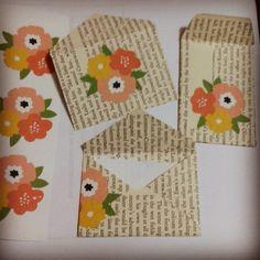 Sobrecitos de Hojas de Libro personalizados con unos apliques de flores encontradas en: http://ohhappyday.com/category/free-printables/