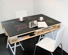 Upcycling Tisch aus Europalette und Kreidetafel
