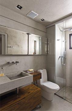 Nos banheiros, um deles integrado ao quarto de casal, o revestimento usado foi o Limestone.  Nas louças e cubas esculpidas, a escolha foi o Oasis Blue, em um tom similar ao cimento, utilizado apenas como uma alternativa ao cimento queimado, por ser mais apropriado na aplicação destas peças.Foto: Alain Brugier