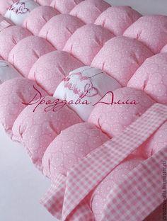"""Купить Бортики в кроватку """"Нежные овечки"""") - бледно-розовый, нежно-розовый, розовый, клетка, круги"""