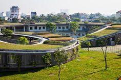 UN JARDÍN DE NIÑOS DONDE SE ENSEÑA Y PRACTICA LA SUSTENTABILIDAD. El diseño del edificio forma 3 aros entrelazados con techos verdes que delimitan 3 patios interiores. En los techos hay diferentes tipos de plantas sembradas con las que los niños pueden interactuar.