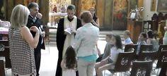 Ένα απίστευτο βίντεο κάνει τον γύρο του διαδικτύου, με ιερέα ο οποίος διέκοψε το μυστήριο όταν το μικρό κοριτσάκι δήλωσε πως δεν θέλει να βαφτιστεί.