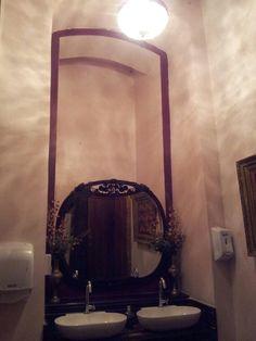 Banheiro de prédio antigo.