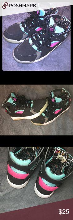✨ Nike Huaraches ✨ • g o o d  c o n d i t i o n  • d o p e  c o l o r s  • w i l l  c l e a n • o f f e r s  w e l c o m e   💕t h a n k  y o u  l o v e s💕 💕f o r  y o u r  b u s i n e s s💕 Nike Shoes Athletic Shoes