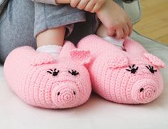 Crochet pig slippers with pattern Crochet Pig, Crochet Slippers, Love Crochet, Crochet For Kids, Crochet Crafts, Yarn Crafts, Yarn Projects, Crochet Projects, Tout Rose