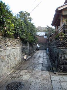 秘密めいた路地に落ち着いた雰囲気の店が並ぶ石塀小路