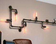DESCRIPCIÓN: Esta luz industrial es lo suficientemente flexible como para trabajar en un hogar, espacio comercial u oficina. Tiene un aspecto