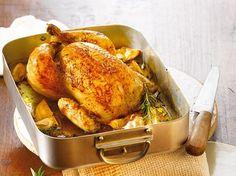 Die einfachste Sache der Welt: Das Bauernhähnchen wird mit Zitronenstücken und mediterranen Kräutern gefüllt und kommt dann in den Ofen. Dabei verbinden sich die Aromen aufs Köstlichste.