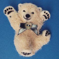 ホッキョクグマのこぐまのブローチ、ころんころんバージョン。  Brooch of polar bear cub #polarbears #polarbear #БелыйМедведь #ホッキョクグマ #シロクマ #animals #羊毛フェルト #ニードルフェルト #ハンドメイド #handmade #needlefelting