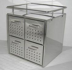 総ステンレスの引き出しボックス。通気穴つきの引き出しが4つあるほか、天板にもモノが置けます。洗面所はもちろん、キッチンでも使えそう。