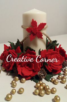 Centrotavola natalizio in feltro Christmas Candles, Christmas Home, Christmas Wreaths, Christmas Ornaments, Felt Flowers, Fabric Flowers, Holiday Crafts, Holiday Decor, Xmas Tree Decorations