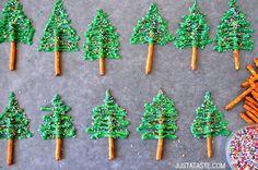 Kerstboompjes van groene chocola en pretzels. Leuk voor op een cupcake of gewoon zo. Gemaakt van groene smeltchocolade, zoute stokjes en gekleurde spikkels. Verder nog nodig: een bakplaat en bakpapier en een spuitzak.