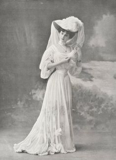 This 1905 picture shows how the sizes of hats grew to outrageous proportions during the Edwardian Period. This 1905 picture shows how the sizes of hats grew to outrageous proportions during the Edwardian Period. Edwardian Dress, Edwardian Era, Edwardian Fashion, 1900s Fashion, Fashion Goth, Fashion Vintage, Historical Costume, Historical Clothing, Historical Dress