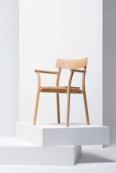 Chiaro is a minimalist design created by New York-based designer Leon Ransmeier. As with many words, Chiaro has several definitions: clear, bright, and straightforward. (5)