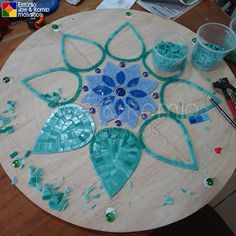 Martin Alejo Mangeaud - Table top, stepping stone in a simpler design, coaster, loads of uses for this pattern. Tile Crafts, Mosaic Crafts, Mosaic Projects, Mosaic Tile Table, Mosaic Glass, Glass Art, Mosaic Table Tops, Stained Glass Patterns, Mosaic Patterns