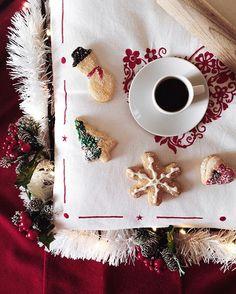 sottofondo musicale ❤️ ieri mi sono innamorata di questi biscotti di pasta frolla e li ho dovuti comprare: il mio preferito è il pupazzo di neve, quella sciarpina rossa mi fa impazzire ⛄️⭐️ ho scattato questa foto come mia primo scatto di Natale, per mostrarvi alcune decorazioni comprate ieri e soprattutto per partecipare alle #gioiedinatale di @zuccaviolina, cercando di unire tutti i temi che mi son persa negli scorsi giorn...