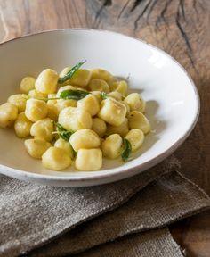 I topini (gnocchi piccoli) sono un piatto povero, tipico della Toscana, che mia nonna e mia mamma hanno cucinato tantissimo. Mi piace prepararli con i miei figli, mi fa sentire parte, seppur piccola, di una grande tradizione./Italian gnocchi #gnocchi #easyrecipe #recipe