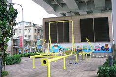 """Swings Park est une aire de jeux publique construite à partir de dizaines de lampadaires usagés. Ce projet est une collaboration entre le studio de design basé à Taipei """"City Yeast"""" et le collectif d'art espagnol Basurama.  Conçu dans le cadre de l'évènement Taipei Design Capital 2016, ce projet expérimental offre une seconde vie au mobilier urbain voué à la destruction. """"Rien ne se perd, rien ne se crée, tout se transforme"""" comme disait Lavoisier !"""