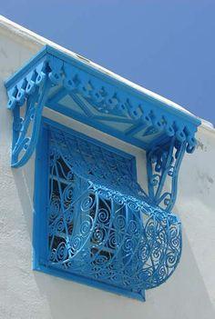 C'est aux Andalous que  l'on attribue la décoration des portes cloutées devenue caractéristique du fer forgé tunisien.
