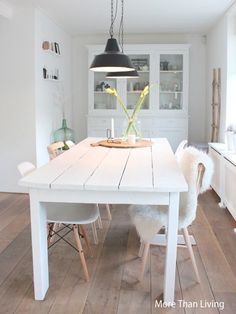 More Than Living: Verandering in onze eethoek:i like the white rustic table a lot! i hope my boyfriend will make smth like this! Kitchen Table Chairs, White Dining Table, Rustic Table, Dining Tables, White Tables, Farm Tables, Wood Tables, Dining Set, Estilo Interior