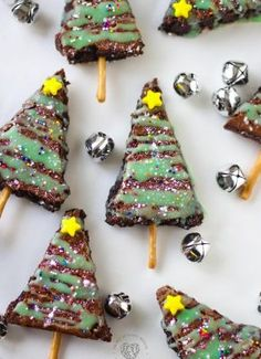 Cut up brownies to create a fun holiday treat. In just a few added steps, you can share these sweet Christmas tree brownies with everyone you love. Christmas Bows, Christmas Treats, Holiday Treats, Holiday Decor, Christmas Decorations, Holiday Foods, House Decorations, Disney Christmas, Christmas Goodies