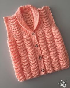 Şal yaka mandalina işi kız çocuk yelek Baby Cardigan Knitting Pattern Free, Crochet Baby Sweaters, Knit Vest, Baby Knitting Patterns, Free Knitting, Knit Crochet, Woolen Sweater Design, Col Mandarin, Pullover Design
