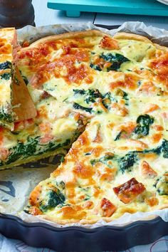 Perfekt für Ihre Diät: Lachs-Spinat-Quiche This hearty, delicious quiche variant with salmon and spinach will enchant you and your guests! Law Carb, Breakfast Recipes, Dinner Recipes, Paleo Breakfast, Brunch Recipes, Spinach Quiche, Vegetarian Recipes, Healthy Recipes, Delicious Recipes